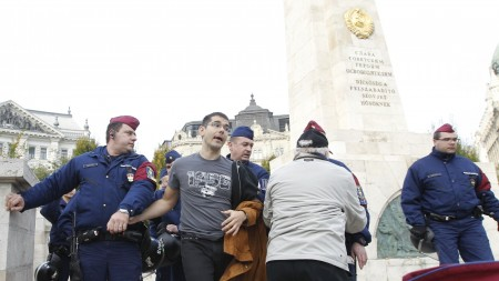 Novák Előd jobbikos képviselő a Szabadság téri szovjet emlékműnél 2015. október 25-én (Fotó: Nagy Béla/Magyar Nemzet)
