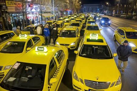 Taxisok demonstrálnak az Uber magán személyszállító szolgáltatás ellen Budapesten – MTI Fotó: Lakatos Péter
