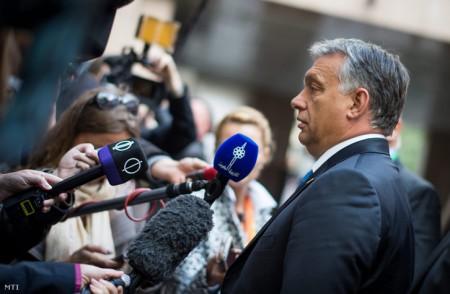 Ő már megint elérte a célját: siker, megvédés, hajrá magyarok (Fotó: Miniszterelnöki Sajtóiroda / Kobza Miklós / MTI)
