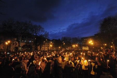 A címlapkép 2015. március 31-én, Szegeden készült, ahol a Ságvári Gimnázium átnevezése ellen tiltakoztak fáklyás menettel. MTI Fotó - Kelemen Zoltán Gergely