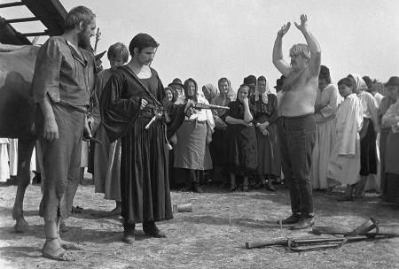 Budapest, 1970. július 31. Oszter Sándor (b2) főiskolai hallgató Rózsa Sándor szerepében, Huszár László (b1) Bak Józsi és Cserhalmi György (b2) Veszelka Imre szerepében játszik a Rózsa Sándorról készülő televíziós filmsorozat egyik jelenetében. A film rendezője Szinetár Miklós, operatőre Bíró Miklós. MTI Fotó: Tormai Andor