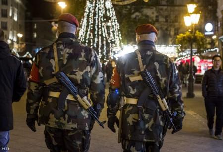 A Magyar Honvédség fegyveres rendész járőrei a belvárosi Vörösmarty téri karácsonyi vásárban a Párizsban végrehajtott terrorcselekmények utáni napon 2015. november 14-én. (Fotó: Szigetváry Zsolt/MTI)