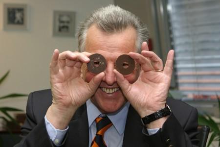 Schmitt, az ál(l)amfő olimpiai karikák helyett vaníliás karikákkal hülyéskedik (Fotó: Fábián Évi)