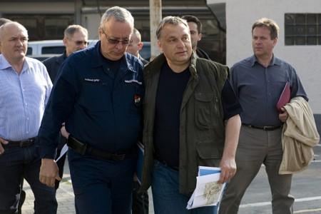 Bakondi György tűzoltó vezérőrnagy (hehe) Orbán Viktorral a 2013-as árvíz idején (Fotó: MTI / Koszticsák Szilárd)