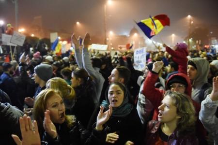 A bukaresti tűzvész után fiatalok tízezrei tüntettek a román fővárosban, követelve a felelősök megbüntetését, és a korrupt politikusok távozását. (Fotó: AFP/Daniel Mihailescu)