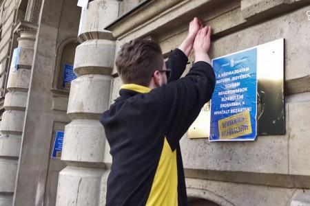 Gulyás Márton aktivista, a Krétakör ügyvezetője éppen bűncselekményt követ el (Forrás: Youtube)