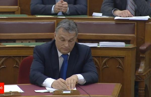 Orbán Viktor sunyul a parlamentben (via ATV)