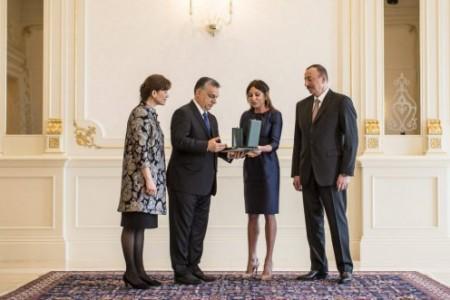 Orbán Viktor Magyar Érdemrend kitüntetést ad át Mehriban Aliyevának, az azeri diktátor feleségének saját felesége oldalán (Fotó: Szecsődi Balázs/Miniszterelnöki Sajtóiroda)