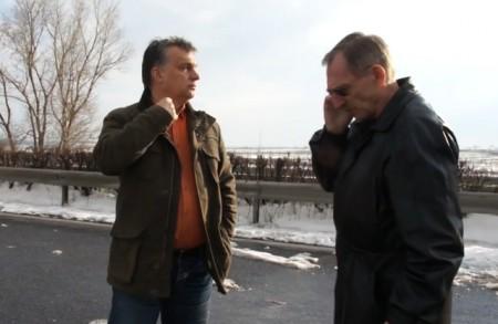 A Fidesz-kormányok mindenkori miniszterelnöke és  mindenkori belügyminisztere a havazással küzdött éppen 2013 márciusában. Akkor az volt a jótanács, hogy át kell ülni egy másik autóba. Hátha terrortámadás esetén is beválik. (Fotó forrása: Index)