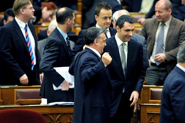 2011. december 30: Orbán nyújtózkodik az Országgyűlés plenáris ülésén. Mellette áll Lázár János, a Fidesz akkori frakcióvezetője (MTI Fotó: Kovács Tamás)