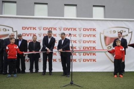 Orbán szalagot vág a DVTK labdarúgó-edzőközpontjának átadásán Miskolc Diósgyőr városrészében (Fotó: Czeglédi Zsolt / MTI)