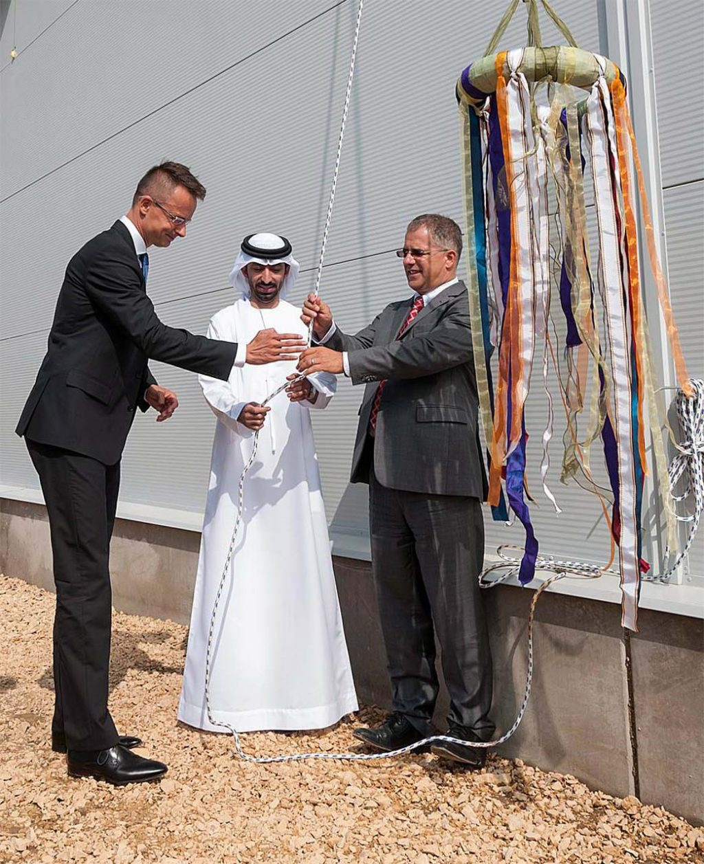 Szijjártó Péter, Abdullah Ahmed (a WDubai cégcsoport elnöke) és Kósa Lajos ugyanazt a kötelet szeretnék meghúzni. MTI Fotó