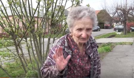 A 82 éves virágárus néni, aki senkitől nem fogad el segítséget, csak azt szeretné, ha virágait árulhatná (Fotó: via Youtube)