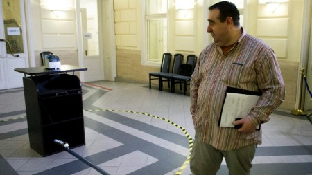 Lukács Zoltán, az MSZP alelnöke várakozik a székház aulájának közepére kihelyezett időbélyegző mellett a Nemzeti Választási Iroda épületében. (MTI Fotó: Koszticsák Szilárd)