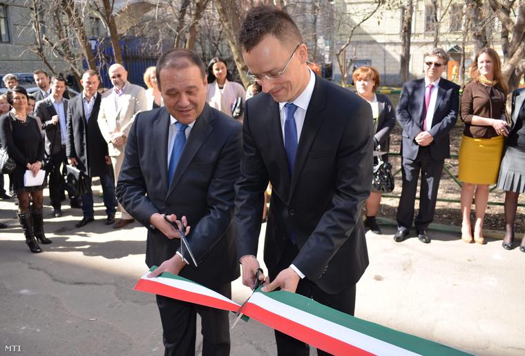 Tarsoly Csaba, akinek soha semmi köze nem volt a Fideszhez, aki 200 milliárdot eltüntetett és Szijjártó teremfocista (Fotó: MTI/Miniszterelnökség)