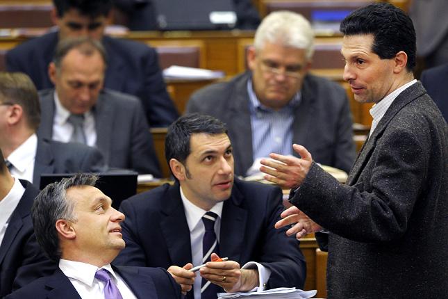 Orbán Viktor, Lázár János és Schiffer András a parlamentben (Fotó: MTI/Kovács Attila)