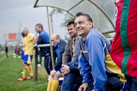 Orbán a kispadon -negyedik Puskás-Suzuki Kupa, 2011 áprilisa (Fotó: Facebook/Orbán Viktor)