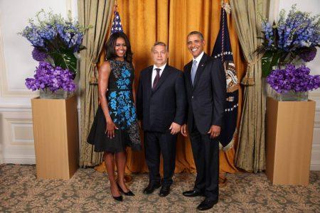 Tavaly szeptemberben  az ENSZ Közgyűlése 70. ülésszakán a New York Palace Hotelben: az Obama házaspár és a rémült Orbán (Fotó: MTI/Fehér Ház/Lawrence Jackson)