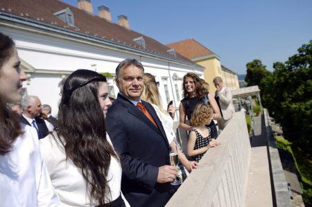 Budapest, 2014. június 6. Orbán Viktor miniszterelnök a Sándor-palota teraszán a miniszteri kinevezések alkalmából tartott ünnepség után 2014. június 6-án. (MTI Fotó: Beliczay László)
