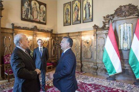 Angel Gurría, az OECD főtitkára és a pocakos magyar miniszterelnök, a háttérben Varga Misi nemzetgazdaságilag miniszter szervilis mosollyal az orcáján (MTI Fotó: Miniszterelnöki Sajtóiroda / Árvai Károly)