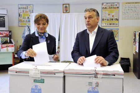 Orbán és felesége, Lévai Anikó a Normafa újjáépítésére vonatkozó, XII. kerületi népszavazáson, tavaly májusban (Fotó: MTI / Kovács Tamás)
