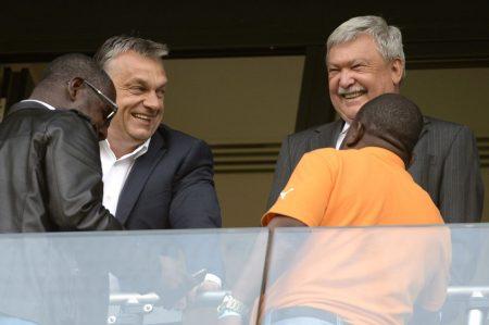 A vagyontalan meg az uzsorás: Orbán Csányival mulat a Magyarország-Elefántcsontpart mérkőzésen (Fotó: MTI/Kovács Tamás)