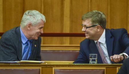 Polt, legfőbb ügyészek szégyene és Matolcsy jegybankelnökök megcsúfolója enyeleg a parlamentben. Más szavakkal: kiröhögik a birkákat (Fotó: Illyés Tibor/MTI)