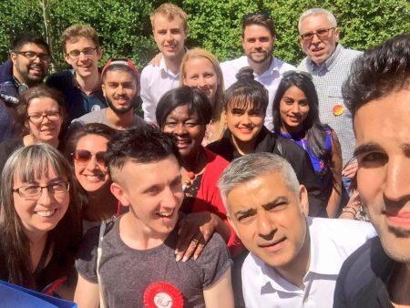 London új polgármestere (a kép alján, fehér ingben) és sokszínű stábja/Facebook