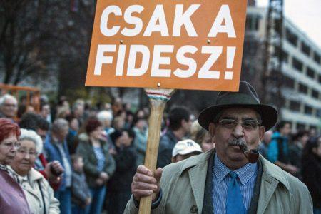 """Cegléd, 2014. március 18. Egy résztvevő """"CSAK A FIDESZ!"""" feliratú táblával a ceglédi városi uszoda átadásán 2014. március 18-án. MTI Fotó: Ujvári Sándor"""