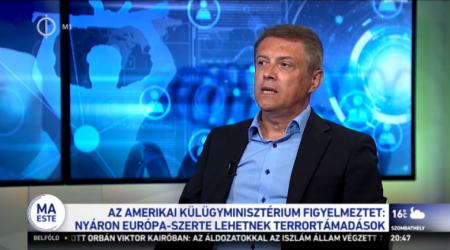Földi László, magát biztonságpolitikai szakértőnek nevező sarlatán (Fotó: hirado.hu)