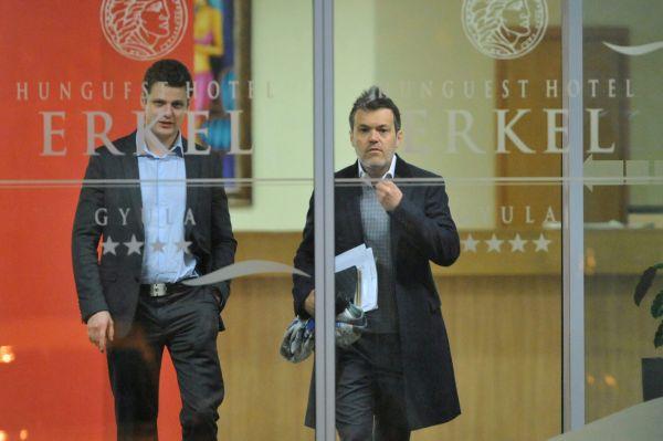 Habony Árpád miniszterelnöki nem tanácsadó éppen távozik a Fidesz és a KDNP évadnyitó frakcióüléséről a gyulai Erkel szállóból, 2013 februárjában (MTI Fotó: Mohai Balázs)