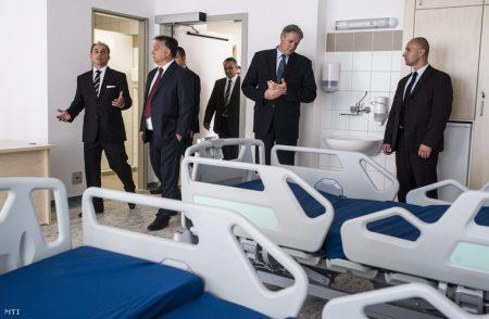 Orbán Viktor megtekint egy felújított kórtermet a bajai Szent Rókus Kórházban (Fotó: Ujvári Sándor)
