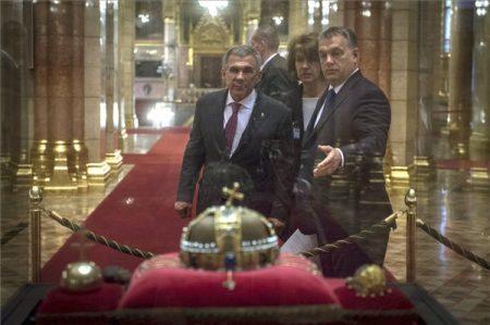 Orbám büszkén mutatja  Habony-vitrint  tatár elnöknek (Fotó: Miniszterelnöki Sajtóiroda / Botár Gergely / MTI)