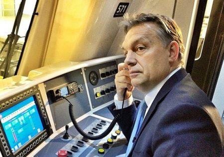 Ez a felvétel a 4-es metró átadásán készült, Orbán Viktor éppen a mikrofont tartja a füléhez. Lehallgat. (Fotó: Facebook / Orbán Viktor)