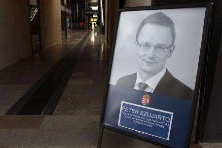 Szégyenkező plakát Koppenhágában: E beszéd közben legalább két orvos hagyja el Magyarországot (Fotó: 444)