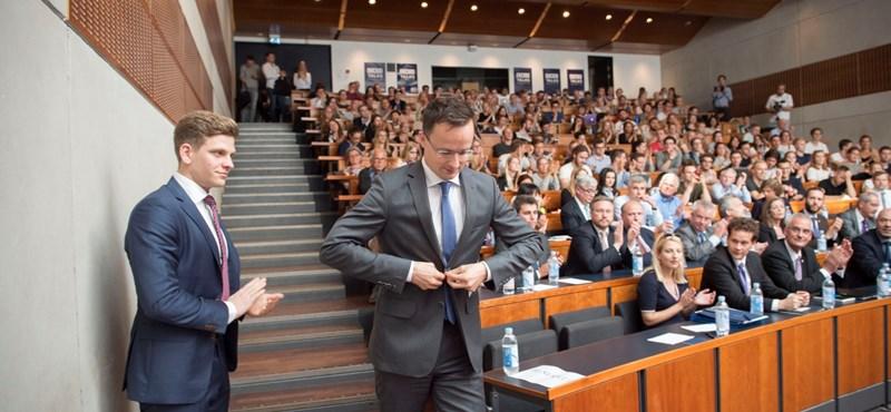 A toporzékolásügyi miniszter újragombolja az európai kabátot (Fotó forrása: hvg.hu)