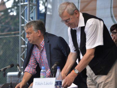 Tusnádfürdõ, 2016. július 23. Orbán Viktor miniszterelnök (b) és Tõkés László európai parlamenti képviselõ, az Erdélyi Magyar Nemzeti Tanács (EMNT) elnöke (b) a 27. Bálványosi Nyári Szabadegyetem és Diáktáborban (Tusványos) az erdélyi Tusnádfürdõn 2016. július 23-án. MTI Fotó: Máthé Zoltán
