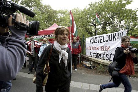 Lévai Anikó, miniszterelnöki feleség érkezik haza, amikor A Nem adom a házam mozgalom aktivistái 72 órás éhségsztrájkba kezdenek a devizahitel-károsultak érdekében Orbán budai házánál 2013. szeptember 3-án. (Fotó: Szigetváry Zsolt / MTI)