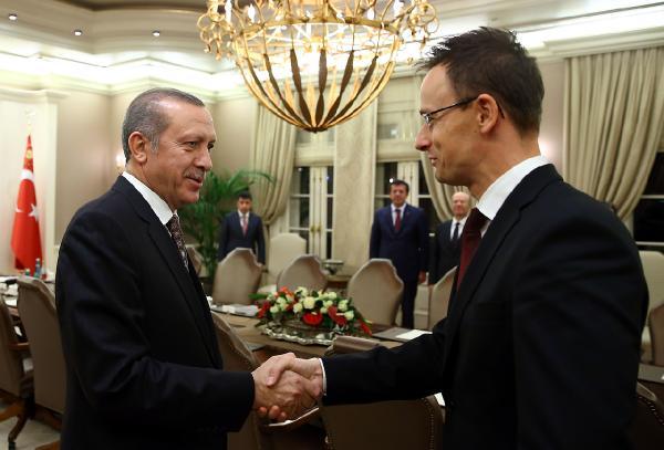 Erdogan, a demokratikusan megválasztott török diktátor és a diktátornak gazsuláló magyar futsallos (Fotó: Kajhan Ozer, Anadolu, MTI)