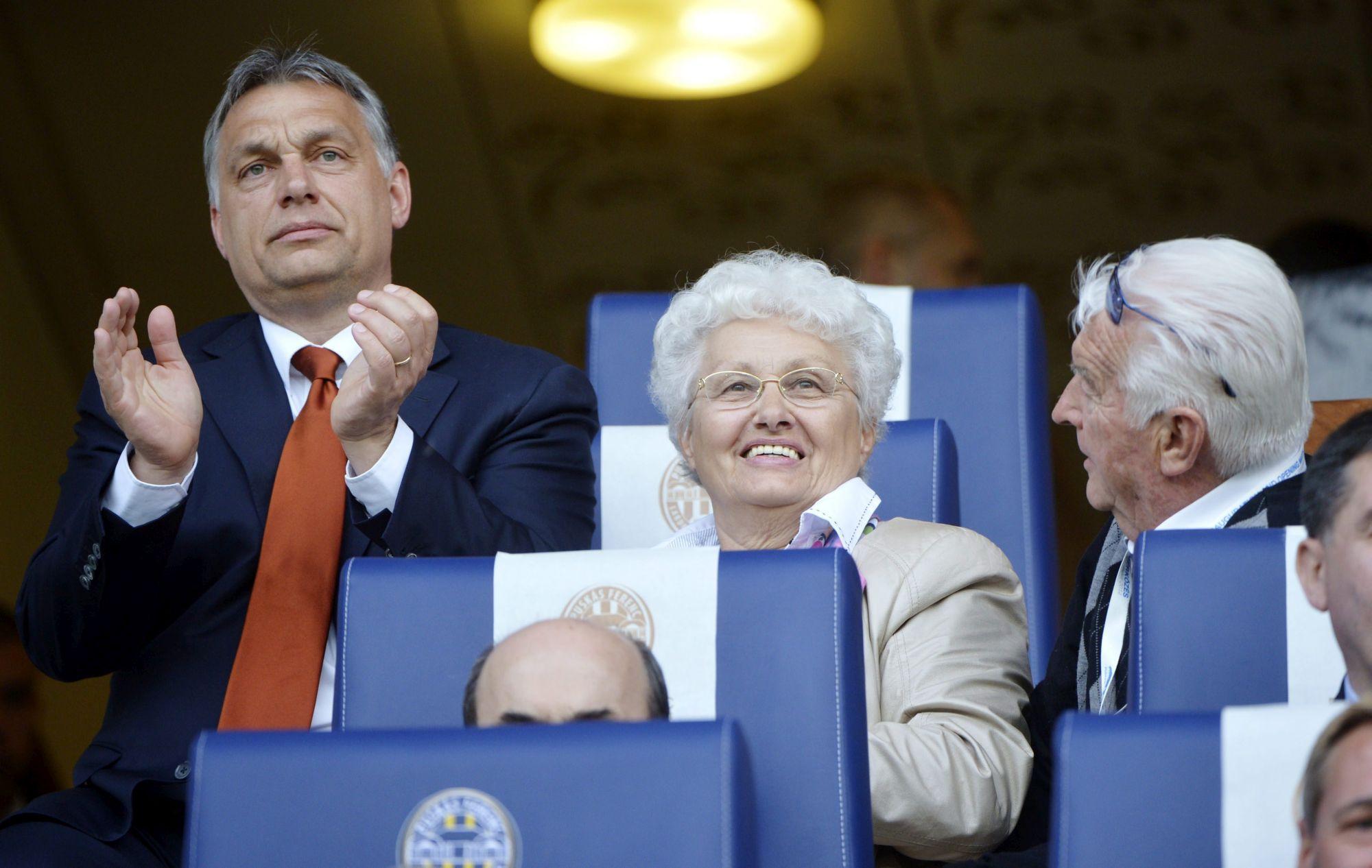 Orbán Viktor és kedves szülei az új felcsúti arénában (Forrás: Beliczay László / MTI)