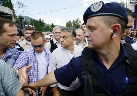 Orbán az őt védő rendőrök gyűrűjében elhagyja a 25. Bálványosi Nyári Szabadegyetem és Diáktábort Tusnádfürdőn 2014. július 26-án (Fotó: Beliczay László/MTI)