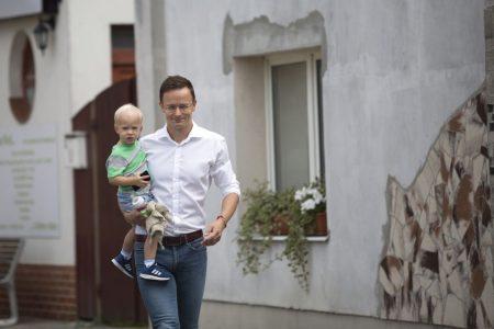Szijjártó fiával a karján érkezett a müncheni lövöldözés ügyében tartott vasárnapi sajtótájékoztatóra (Fotó: Mohai Balázs/MTI)