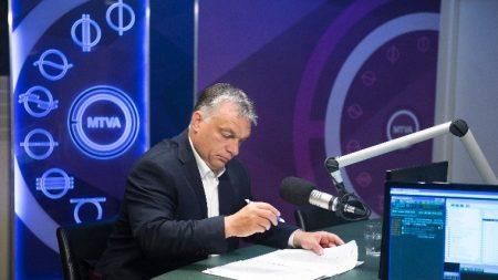 A Kossuth rádió igehirdető mikrofonja előtt (Fotó: MTI/Koszticsák Szilárd)