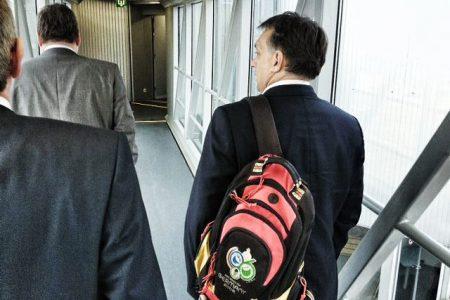 Orbán, Brüsszel, tarisznya. Vagy táska, vagy mi az (Fotó: Facebook/Orbán Viktor)