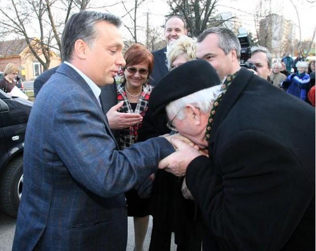 2008. 02. 28.: Orbán Viktor Budapesten a XVII. kerületben kampányolt az egészségügyi népszavazás ügyében, ahol egy idős úr kezet csókolt neki. (Fotó: Vörös Szilárd)