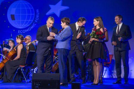 Orbán Viktor átveszi Az év embere díjat Beata Szydlo lengyel kormányfőtől a 26. krynicai gazdasági fórumon (Fotó: Szecsődi Balázs / Miniszterelnöki Sajtóiroda / MTI)