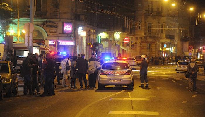 Rendőrautó a Király utca és a Teréz körút kereszteződéséhez, ahol az ismeretlen eredetű robbanás történt. (Fotó: MTI, Mihádák Zoltán)