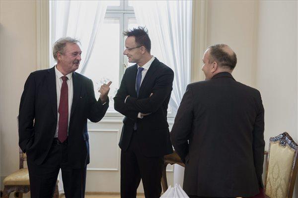 Szijjártó Péter külgazdasági és külügyminiszter (k), Jean Asselborn luxemburgi (b) és Grzegorz Schetyna lengyel külügyminiszter (j) a V4-ek külügyminisztereinek migrációs válsággal foglalkozó rendkívüli találkozóján (MTI FOTÓ: Kovács Márton)