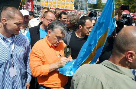 Orbán székely zászlót szignál Tusnádfürdőn 2013-ban (MTI Fotó: Beliczay László)