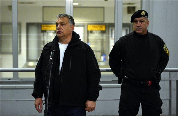 Orbán beszédet tart a terrorelhárítási bohóckodás közben-után. Jobbra:  Hajdu János, a TEK főigazgatója. (MTI Fotó: Illyés Tibor)